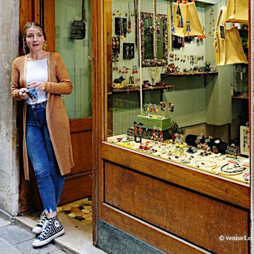 L'artiste Ambra devant son atelier-boutique