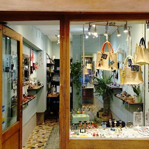 La vitrine et l'intérieur du magasin