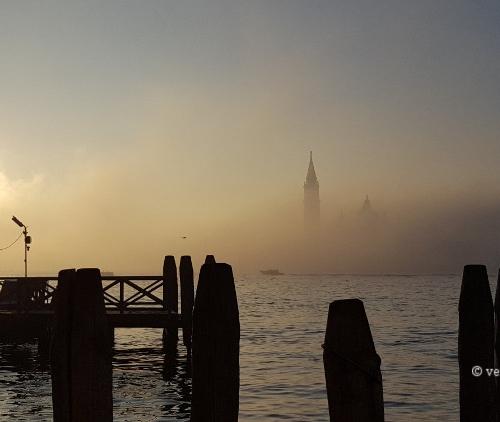 Le bassin de Saint Marc et San Giorgio dans le brouillard