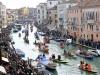 Défilé de barques sur le Grand Canal à Venise