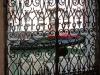 Gondole à travers la grille d'une fenêtre à Venise