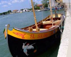 En barque dans la lagune de Venise