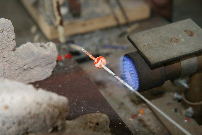 Fabrication des perles de verre de Murano par Lisette Caputo