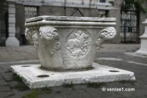 Puits avec abreuvoirs pour les chats de Venise