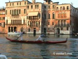 course des gondoliers de la régate historique à Venise ou Regata storica