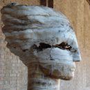 Des têtes en pierre