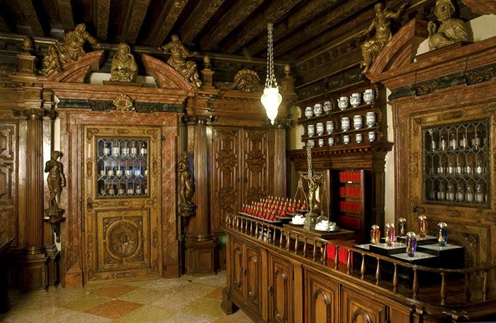 Les parfums vénitiens The Merchant of Venice restaurent les vieilles pharmacies inondées