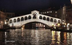 Pont du Rialto à Venise de nuit